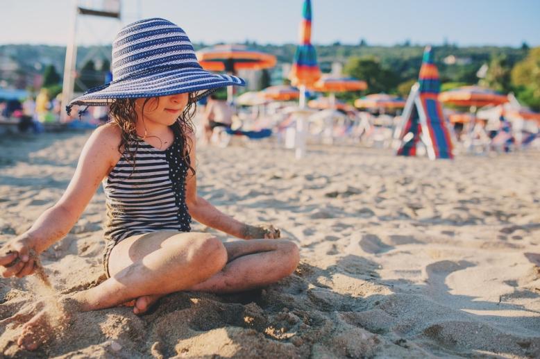 niña-playa