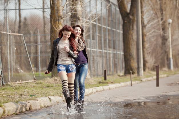 dos-hermosos-estudiantes-adolescentes-caminando-juntos_1328-1095